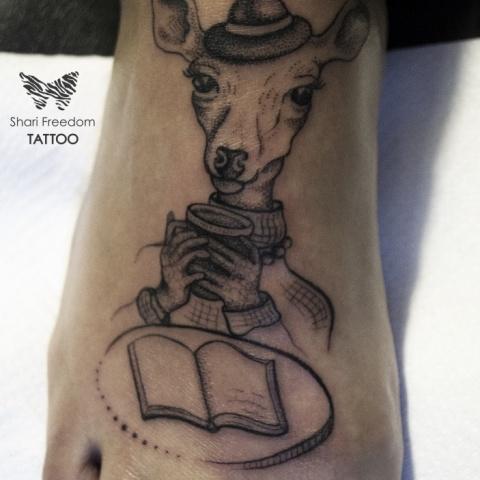 tetování jelena s knihou a kávou na nártu