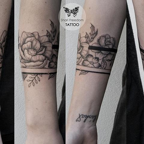 květinové tetování na ruce