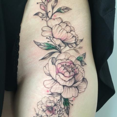 tetování pivoněk přes jizvy